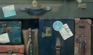 Gestapelte antike Koffer mit Aufklebern