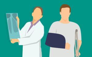 Arzt und Patient mit Schutz von Krankenkasse