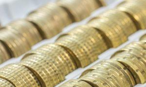Aufgereihte Münzen für Pflegezusatzversicherung
