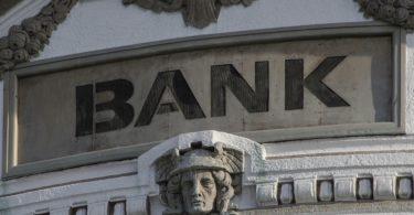 Detailaufnahme Bankgebäude mit Kredit ohne Schufa