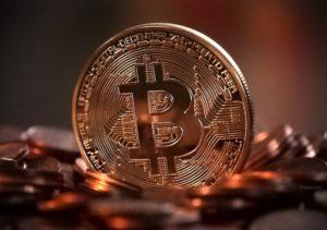 Bitcoin zwischen Kupfermünzen