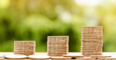 Drei Kleingeldstapel vor grünem Hintergrund vorbereitet für einen Rahmenkredit