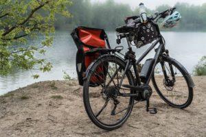 E-Bike mit E-Bike Versicherung abgestellt vor See
