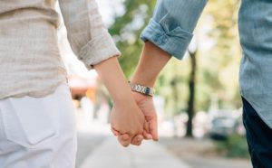 Ehegatten mit gemeinsamen Freistellungsauftrag halten Hand beim Spazierengehen