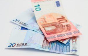 Euroscheine auf weißem Untergrund nach Ersparnis nach Nutzung Kreditrechner