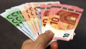 Euroscheine von Girokonto abgehoben in Hand gehalten