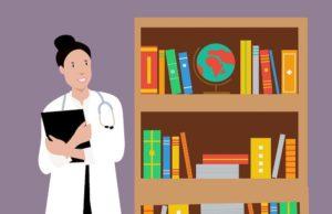 Fachärztin über Krankenzusatzversicherung steht vor Regal