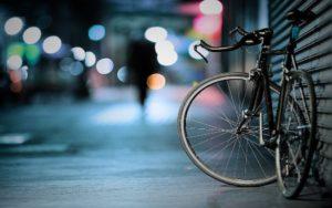 Fahrrad mit Fahrradversicherung draussen bei Nacht abgestellt