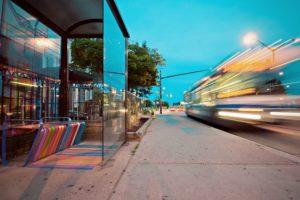 Fernbus fährt von Haltestelle ab