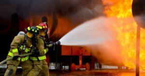 Feuerwehrmänner beim Löschen eines Brandes