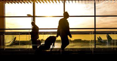 Fluggast mit Fluggastrechten geht am Flughafen entlang