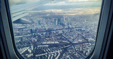 Foto von Stadt aus Flugzeugfenster nach Greifen der Reiserücktrittsversicherung