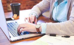 Frau schliesst Onlinekredit an Laptop ab