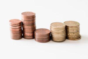 Fünf Münzstapel für Kleinkredit