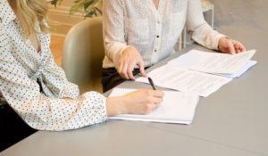 Gehaltsverhandlung über Betriebliche Altersvorsorge zwischen zwei Frauen