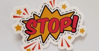 Gelb rotes Stop Schild in Comicoptik warnt vor Restschuldversicherung