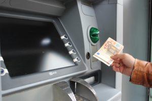 Geld von Girokonto an Bankautomat abheben
