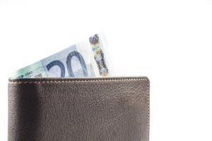 Geldbeutel mit zwanzig Euro Schein Einkommen als Kredit Voraussetzung