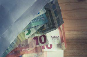 Geldscheine in Umschlag für Anlage in Kapitallebensversicherung