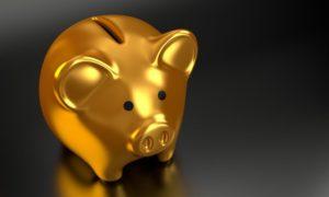 Goldenes Sparschwein für Ersparnisse nach Kreditrechner Nutzung