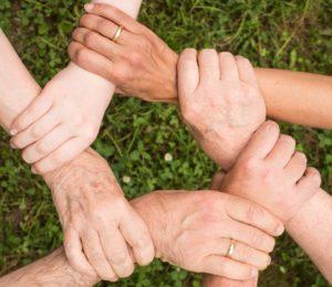 Hände greifen ineinander als Sinnbild für Gemeinschaftskonto