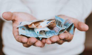 Geöffnete Hände halten Euroscheine