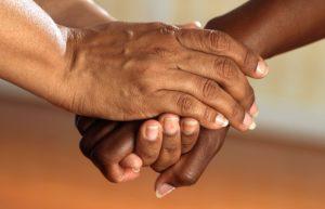 Hände halten Hand für Schutz durch Private Krankenversicherung