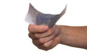 Hand hält Geldschein für Kleinkredit