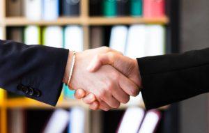 Handschlag bei Abschluss Kreditvertrag