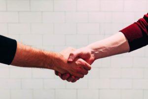 Handschlag zweier Männer über Betriebliche Altersvorsorge