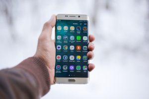 Handy mit Handyversicherung in Hand gehalten