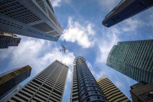 Hochhäuser von Banken mit Wertpapierdepots aus der Froschperspektive