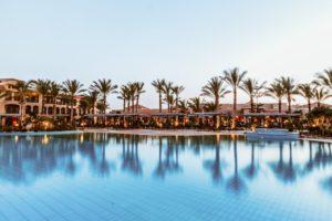 Hotelanlage mit Pool bei Pauschalreisen