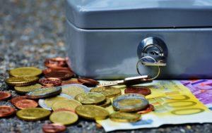 Kasse Münzen und Geldscheine für Sparen mit Kapitallebensversicherung