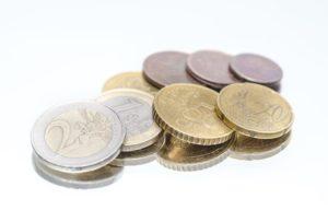 Kleingeld für Gemeinschaftskonto auf weissem Untergrund