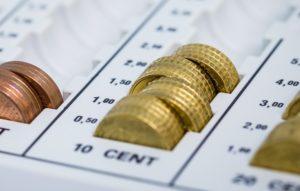 Kleingeld gestapelt für niedrige Beiträge bei Private Krankenversicherung für Beamte