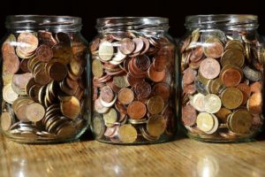 Kleingeld in Gläsern gesammelt für Bausparvertrag