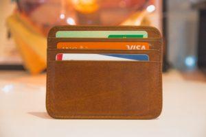 Kreditkarten in braunem Geldbeutel