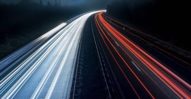 Langzeitbelichtungsaufnahme bei Nacht von Autobahn mit Pflicht zur Vignette