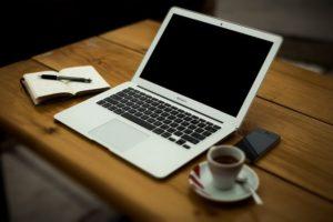 Laptop auf Tisch für Nutzung online Kreditrechner