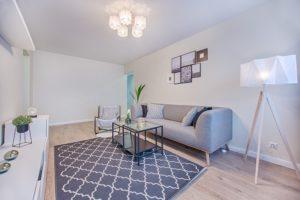 Möbliertes Wohnzimmer abgesichert durch Hausratversicherung