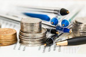Münzen und Unterlagen für Planung Kredite zusammenfassen