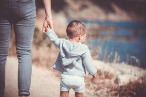 Mutter mit Kind und Anspruch auf Unterhalt nach Düsseldorfer Tabelle hält Kind an Hand