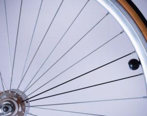Nahaufnahme Rad von E-Bike mit Versicherung