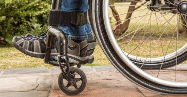 Nahaufnahme eines Rollstuhls einer Person mit Schwerbehinderung