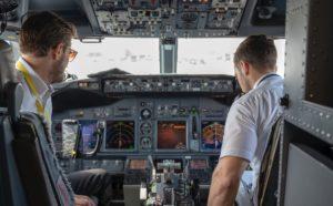 Zwei Piloten bei Kontrolle vor Flugzeugstart