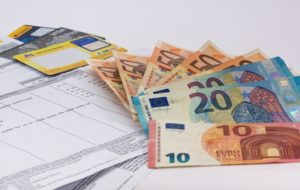 Rechnung und Geld zum Bezahlen ohne Mahngebühren
