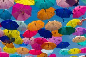 Bunte Regenschirme als Sinnbild für Kapitallebensversicherung