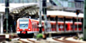 Regionalzug der Deutschen Bahn bei der Ausfahrt aus einem Bahnhof