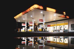 Beleuchtete Shell Tankstelle bei Nacht zum Billig Tanken